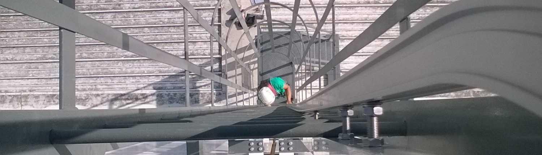 Escalera vertical certificada y barandillas