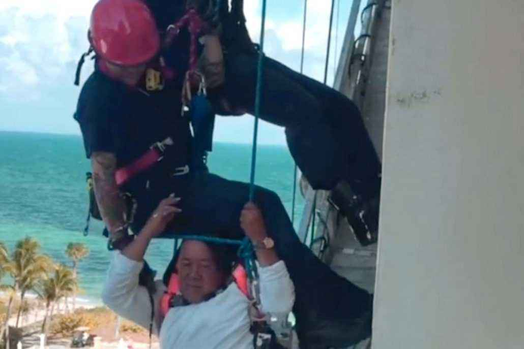 Rescate vertical a un trabajador en un edificio de Miami