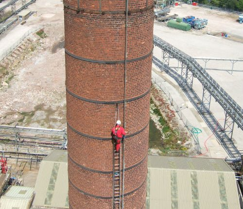 Acceso chimenea industrial