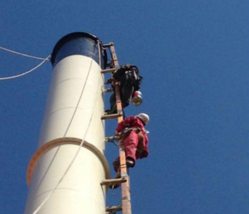 Subiendo a una chimenea industrial