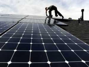 Montaje de paneles solares y riesgos de caída