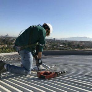 Trabajos de mantenimiento en cubiertas metálicas inclinadas