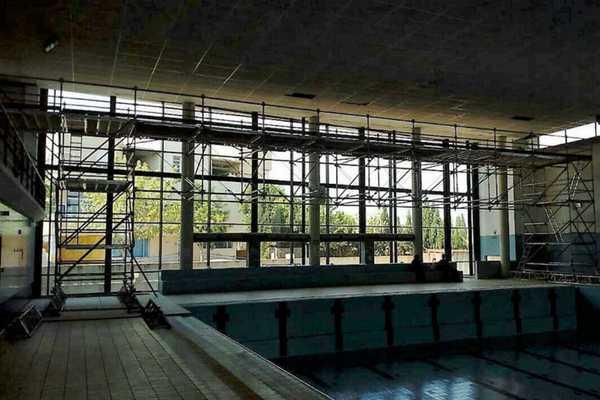 Andamio para el mantenimiento de piscinas