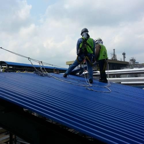 Aprende a usar una línea de vida en cubiertas ligeras y tejados