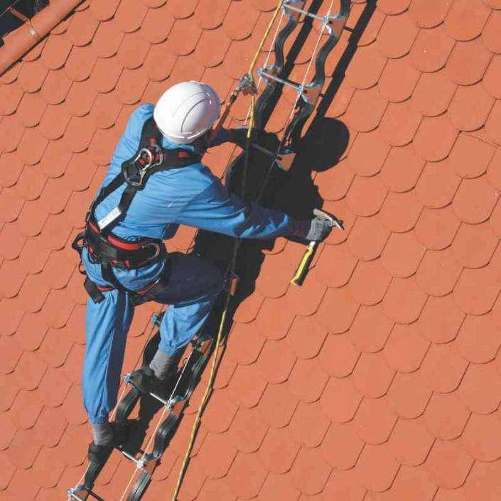 Escalera para trabajar en tejados o cubiertas inclinadas