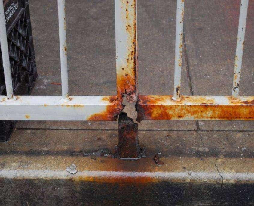 Barandillas oxidadas con pletina de fijacion para proteccion y delimitacion de zonas